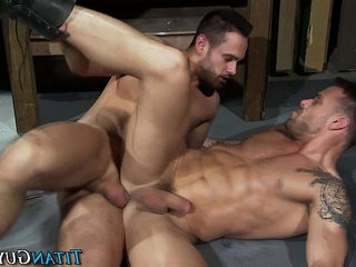 Muscly hunk rails asscrevice